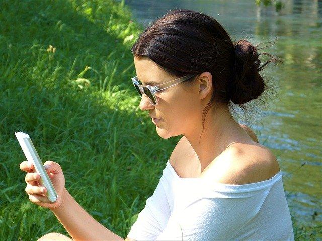 žena na mobilu